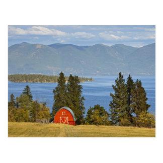 赤い納屋は景色の平頭湖に沿って近く坐ります ポストカード