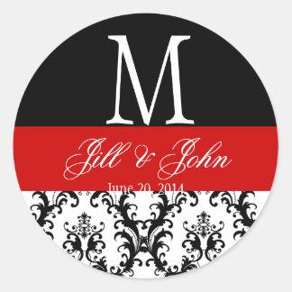 赤い結婚式のモノグラムは日付のダマスク織のシールを示します 丸形シール・ステッカー