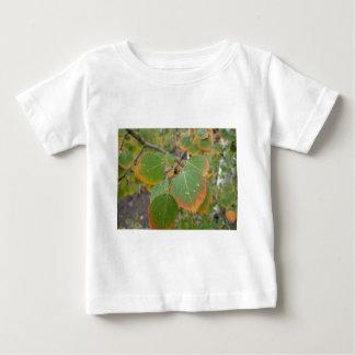 赤い緑の《植物》アスペンの葉 ベビーTシャツ