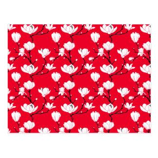 赤い背景の白いマグノリアの花 ポストカード