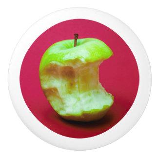 赤い背景の緑のりんご セラミックノブ