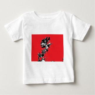 赤い背景の黒の葉 ベビーTシャツ