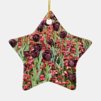 赤い花および暗いチューリップ セラミックオーナメント