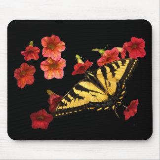 赤い花のトラのアゲハチョウの蝶 マウスパッド