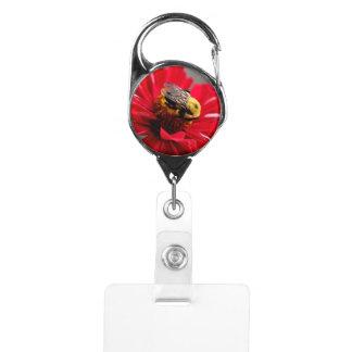 赤い花のバッジホールダーの《昆虫》マルハナバチ IDカードホルダー