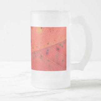 赤い葉のマクロ フロストグラスビールジョッキ