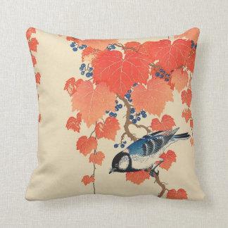 赤い蔦に鳥、赤いキヅタ、Koson、Ukiyo-eの古邨の鳥 クッション