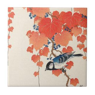 赤い蔦に鳥、赤いキヅタ、Koson、Ukiyo-eの古邨の鳥 タイル