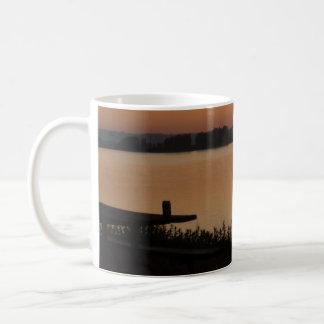 赤い薄暗がり コーヒーマグカップ