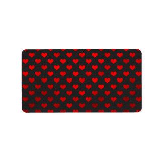 赤い金属模造のなホイルのハートの黒い背景 ラベル