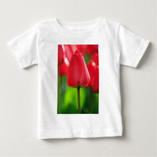赤い閉鎖したチューリップ ベビーTシャツ