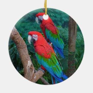 赤い2および緑の飛んだコンゴウインコのAra Chloropterus セラミックオーナメント