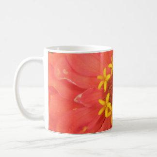 赤い《植物》百日草のマクロマグ コーヒーマグカップ