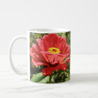 赤い《植物》百日草のマグ コーヒーマグカップ