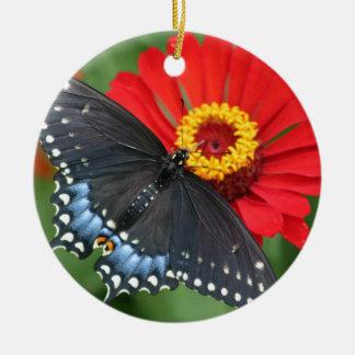 赤い《植物》百日草の花のオーナメントの黒い蝶 セラミックオーナメント