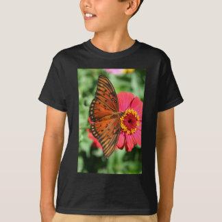 赤い《植物》百日草の設計の豪華な蝶 Tシャツ