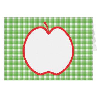 赤いApple。 緑および白い点検の背景を使って カード
