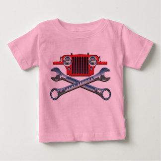赤いCJ2Aの女の赤ちゃんのティー ベビーTシャツ
