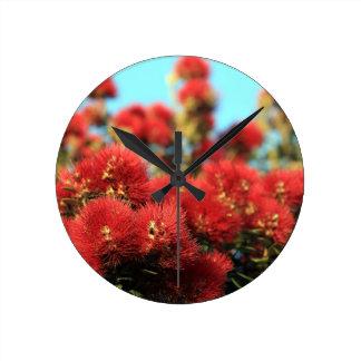 赤いPohutukawaの木の夏の花 ラウンド壁時計