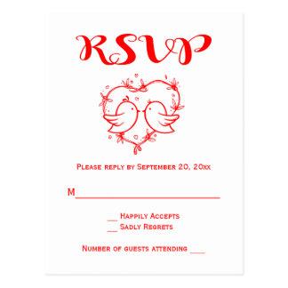 赤いRSVPの仲の良い恋人同士のハートの結婚披露宴の鳥 ポストカード