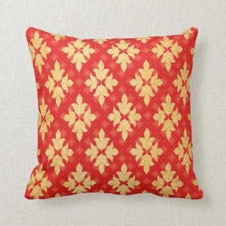 赤および金ゴールドの装飾的なヴィンテージのフルーアパターン クッション