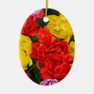 赤および黄色の春のチューリップ セラミックオーナメント