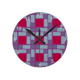 赤くおよび青のブロックのキルトパターン ラウンド壁時計