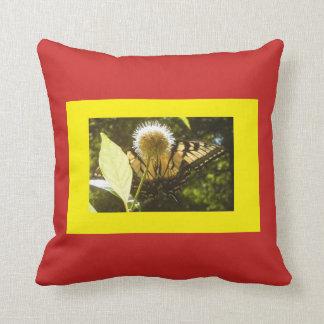 赤くおよび黄色の(昆虫)オオカバマダラ、モナークの装飾用クッション クッション