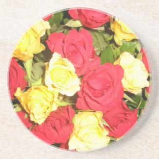 赤くおよび黄色バラ コースター