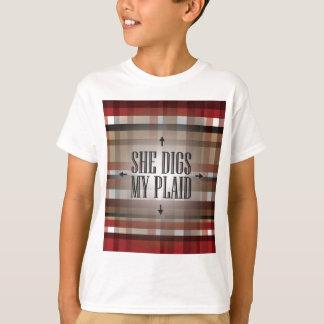 赤くおよび黒い彼女は私の格子縞を掘ります Tシャツ