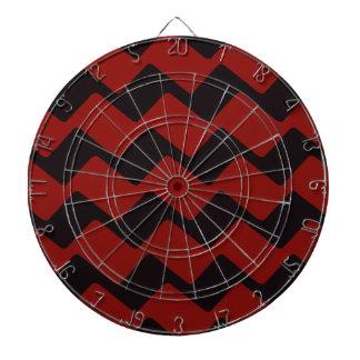赤くおよび黒い波状のシェブロン ダーツボード