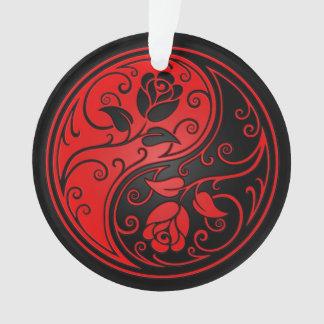 赤くおよび黒い陰陽のバラ オーナメント