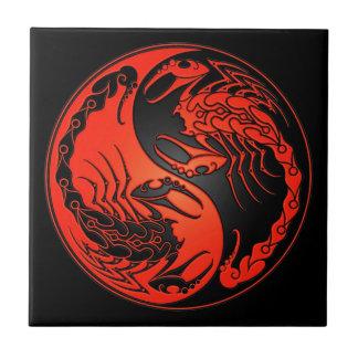 赤くおよび黒い陰陽の蠍 タイル
