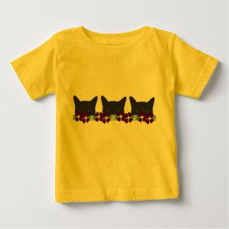赤くか黄色の花を持つ黒猫 ベビーTシャツ