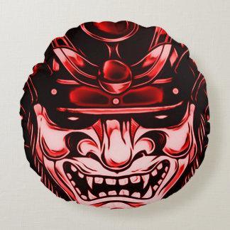 赤くクラシックな鬼の武士のマスクの円形の枕 ラウンドクッション