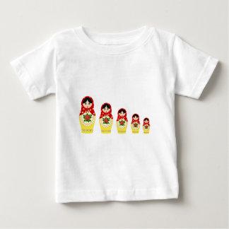 赤くロシアのなmatryoshkaのネスティング人形のベビーのワイシャツ ベビーTシャツ