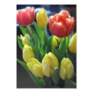 赤く及び黄色のチューリップの招待状カード カード