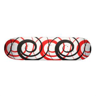 赤く及び黒い螺線形のスケートボード スケートボード