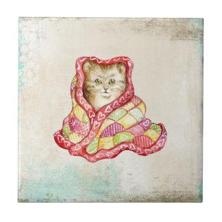 赤く愛らしい毛布を持つかわいい国内子ネコ タイル