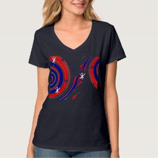 赤く白いおよびブルースターおよび渦巻くことは縞で飾ります Tシャツ