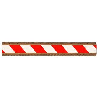 赤く白い警告は縞で飾ります 木製 物差し