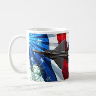 赤く白くおよび青のナイフの刃の低空飛行 コーヒーマグカップ