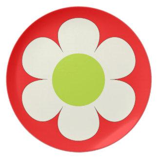 赤く美しいプレートの白い花 プレート