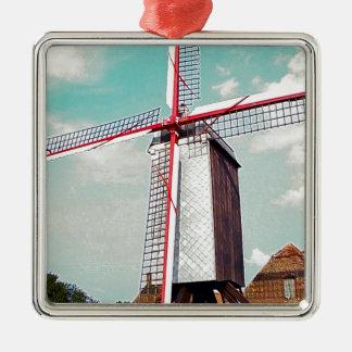 赤く色彩の鮮やかな帆が付いている風車 メタルオーナメント