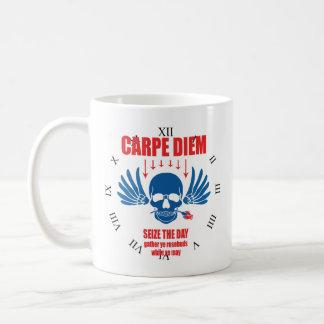 赤く青いヴィンテージレトロのCarpe Diem。 日を握って下さい コーヒーマグカップ