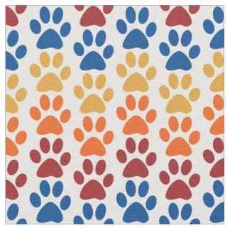 赤く、オレンジ、黄色の子犬の足のプリントおよび青 ファブリック