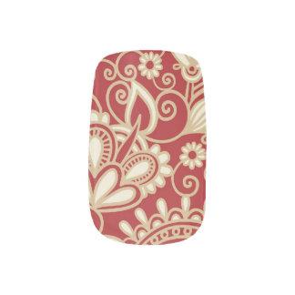 赤く、クリーム色の華美な絹パターン ネイルアート