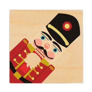 赤で伝統的なクリスマスのためのよろよろしているくるみ割り ウッドコースター