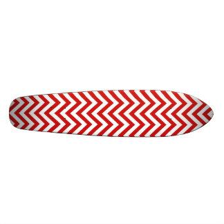 赤と白のジグザグ形のストライプなシェブロンパターン スケートボード