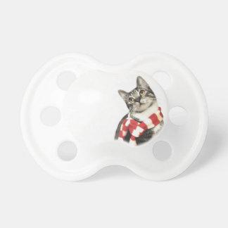 赤と白のスカーフのブラウンの虎猫猫 おしゃぶり